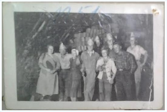 Työntekijöitä. Kauko Varonen kuvassa eturivissä neljäs vasemmalta.
