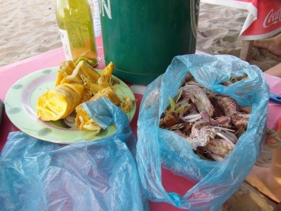 3. Keitettyjä mereneläviä ja hedelmää jonka nimeä en tiedä