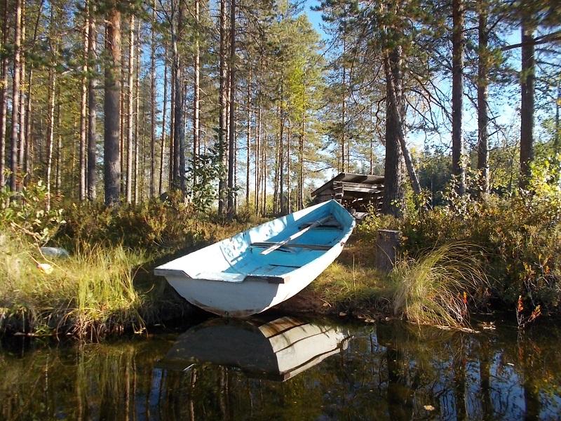 Yhteisessä käytössä oleva vene Luppomajan nuotiopaikan rannassa