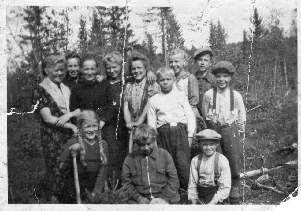 Istutussavottalaisia Kaustajärvellä sodan aikaan.