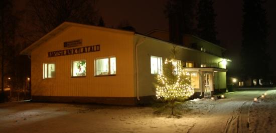 Värtsilän kylätalo jouluvalaistuksessa.
