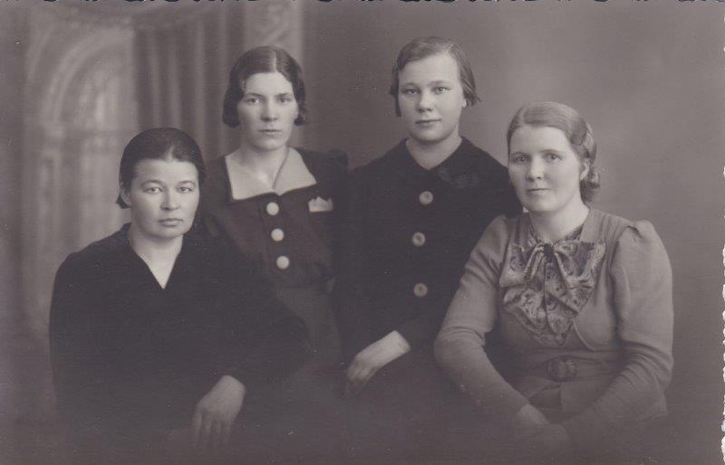 Kuva 1. Vas. Ester Immonen (1906-1997). Ketä muita kuvassa on?