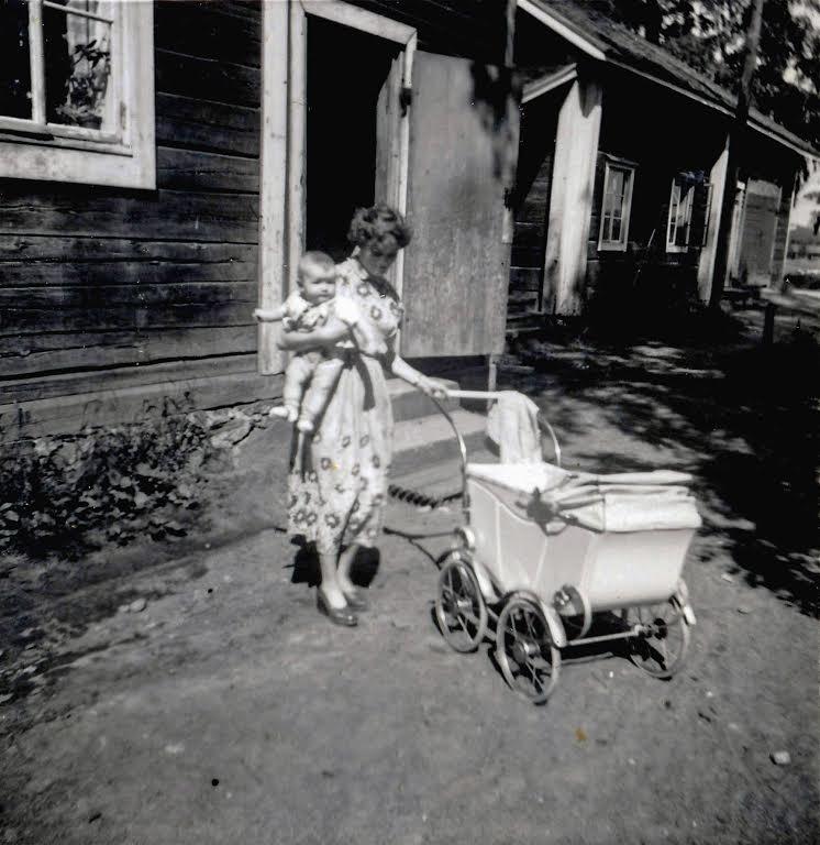 Nuoremmat Hiltuset (Pauli, Laila ja Juha) asuivat renkitupa-asunnossa