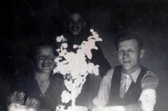 Juhon 50-vuotispäivät Kuvassa mukana vaimo Ester ja poika Erkki
