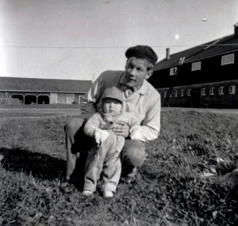 Pauli ja pieni Juha-poika pihapiirissä