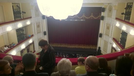 Musiikkiteatterin sali piippuhyllyltä katsottuna lauantaina 17.1. juuri ennen La Traviata-oopperan alkua. Kuva Kullervo Rauhala