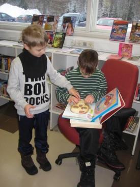 Karo ja Urho tutkivat ihmisen rakennetta kirjan sivuilta