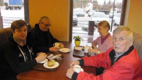 Me kahvilassa  istuttihin, teet nautittihin ja leivoksia