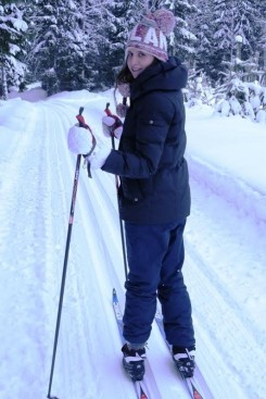 victoria hiihtää