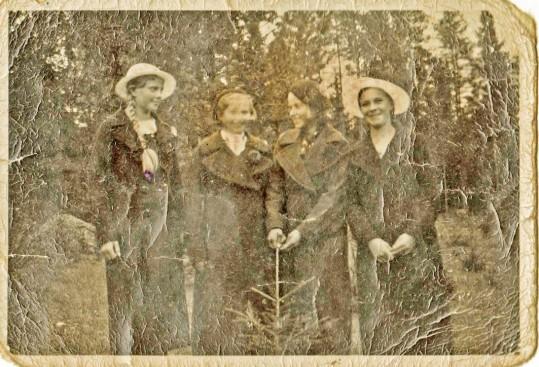 Kuva on aikojen saatossa kärsinyt kovasti, mutta mielestäni kolmen neitokaisen kasvot ovat tunnistettavia.