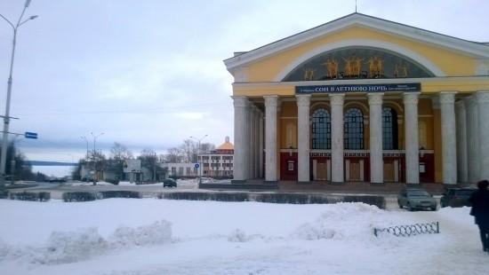 Hetkisen verran tuumailimme, jatkaisimmeko vasemmalla näkyvään Äänisjärven rantaan... Velvollisuudentunto ja kylmä tuuli kuitenkin voittivat - siis tapaamiseen teatterille!