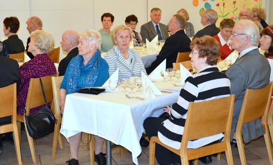 Värtsiläisten Seuran juhlaväkeä kuuntelemassa  seuran puheenjohtajan tervehdyspuhetta.