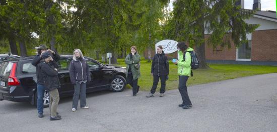 Pieni joukko vieraita oli jo hyvissä ajoin ennen sovittua aikaa odottelemassa Hotelli Joen ulkopuolella illan ohjelmaa.