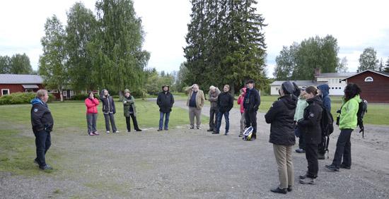 Matti Jaatinen (vasemmalla) kertomassa kyläasiamiehille Värtsilän Pitäjäyhdistyksen toiminnasta. Taustalla Arppenpihaa ja Värtsilän kylätalo.