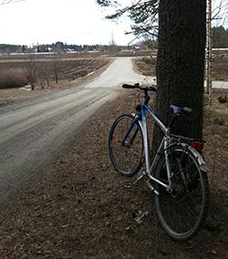 Nykyinen koululainen on jättänyt pyöräsnä puun juureen ja mennyt itse koulukyytiin Kenties Joensuuhun tai Liperiin.