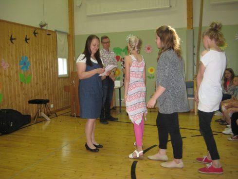 Koulun stipendi menee 6 luokkalaisille Välkkäri-ohjaajille